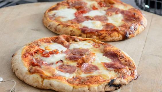 Mies syö vain pizzaa.