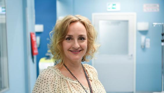 Sanna esittää Sykkeen viidennellä tuotantokaudella psykiatri Ellaa.
