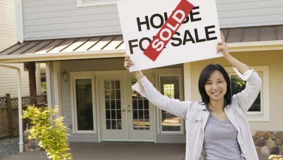 Kiinteistövälittäjä etsi talolle ostajia.