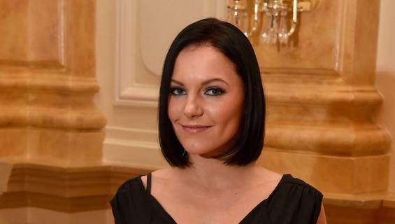 Katri Mäkinen seurustelee tanssijan kanssa.