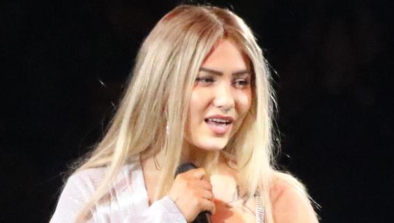 Evelina esiintyi Vain elämää -konsertissa.
