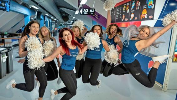 Lahden Pelicansia kannustaa näyttäviin tanssiliikkeisiin panostava cheerleader-ryhmä.