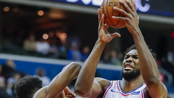 Joel Embiid syöksyi kentältä yleisöön Knicks-Sixers -pelissä.