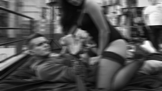 Kuvituskuva. Mies heräsi ja näki vaimonsa harrastavan seksiä vieraan miehen kanssa.