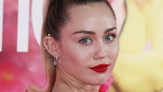 Miley Cyrus puki YSL:n topin, joka paljastaa rinnat kokonaisuudessaan!