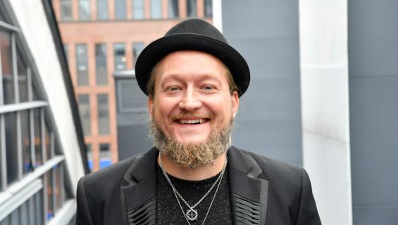 Jarppi Leppälä lauloi karaokea.