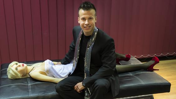Antti Kurhinen promoto seksinukkebordellia ja tarjoaa taksikyytejä.