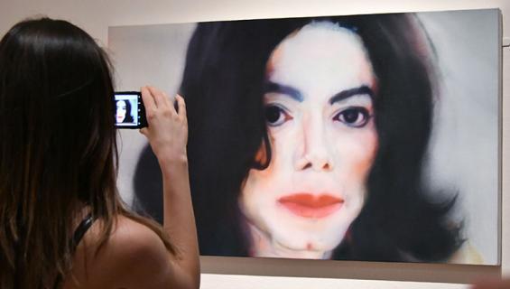 Nainen ottaa kuvaa Jacksonia esittävästä taideteoksesta