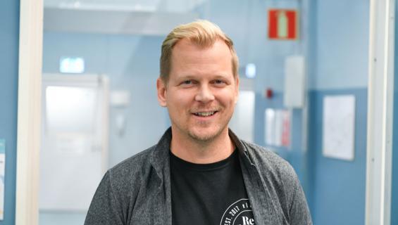 Antti Luusuaniemi asuu ökyasunnossa.