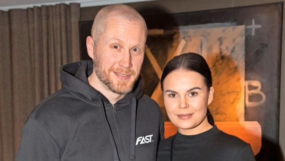Hannes Hyvönen ja Netta Suikkanen laittoivat hääjärjestelyt jäihin.