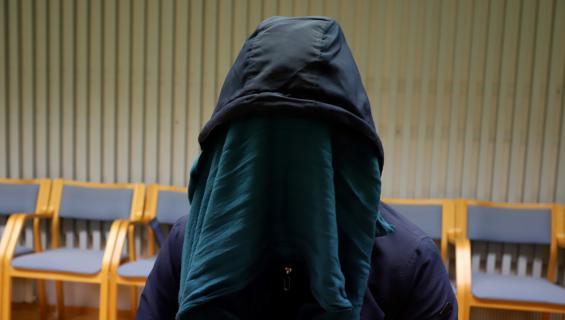 Mustahiuksisella 21-vuotiaalla afgaanimiehellä oli noin neljän senti mittainen haava vasemma puolella kaulassa.