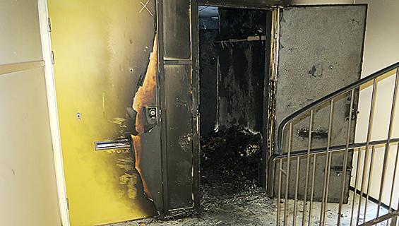 Palon rajuus näkyy talon rappukäytävään selvästi. Kuva: Poliisi