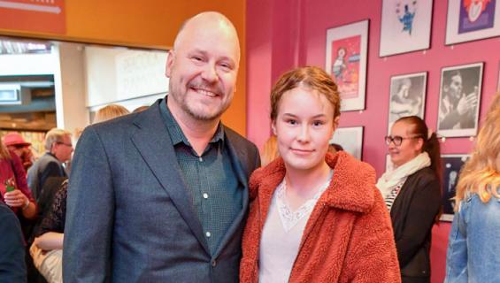 Janne Virtanen näyttelee tyttärensä kanssa.