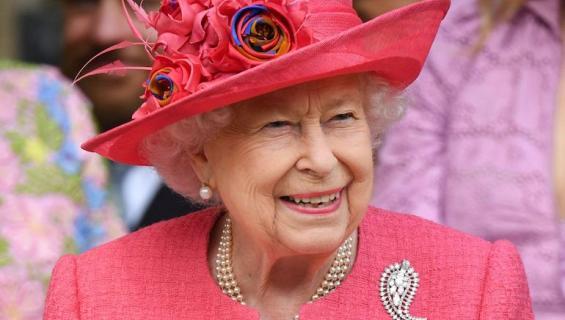 Kuningattarella on paljon alaisia.