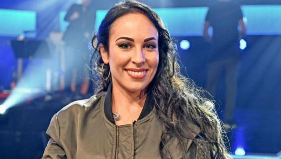 Laulajatar Janna tunnetaan televisioesiintymisistään.