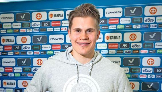 Jesse Puljujärvi viihtyy tenniskaunottaren kanssa.
