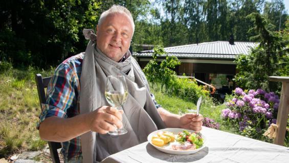 Jussi Lammela esittelee kesäkeittiönsä.