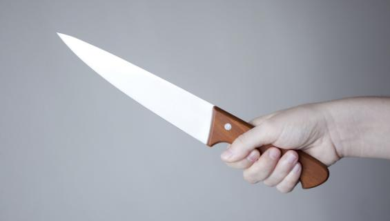Nainen puukotti poikaystäväänsä.