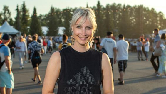 Laura Huhtasaari viihtyi festareilla miehensä kanssa.
