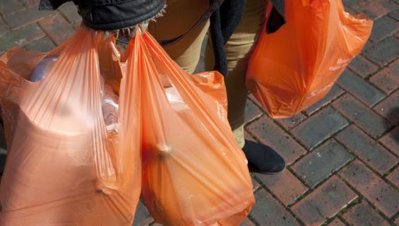 Muovipussit roskaavat.