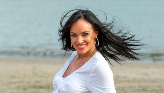 Tanja Sundell poseerasi rannalla.