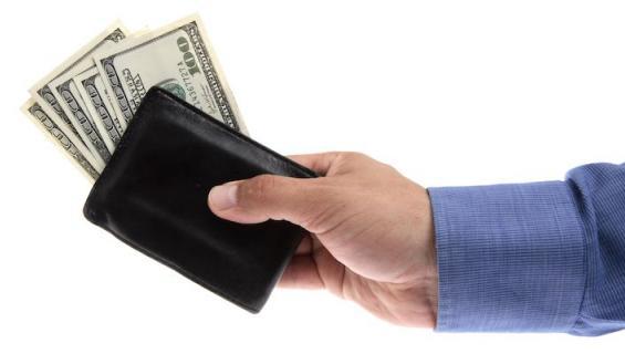 Mies tarjoaa viettelijälle rahaa.
