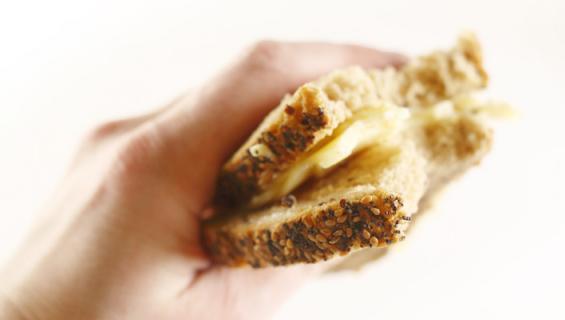 Nainen syö pelkkiä juustoleipiä.