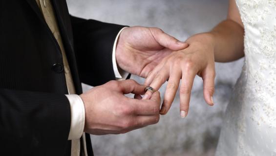 Pari meni naimisiin.