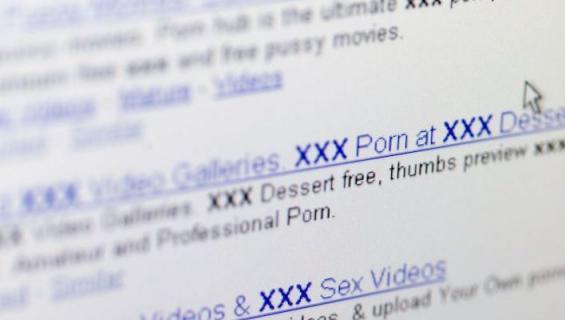 Julkisella paikalla näytettiin pornoa.