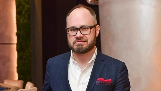 Tuomas Enbuske erosi ja poisti yhteiskuvat.