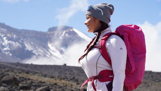 Elina Tervo kiipeää vuorelle.