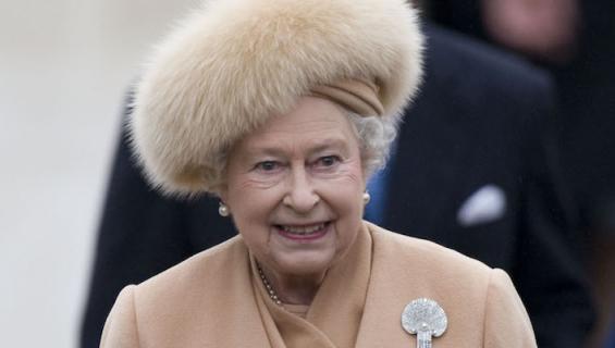 Kuningatar on nähty usein turkiksissa.