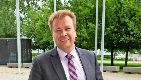 Antti Kaikkonen pötköttelee öitään nuoren rakkaansa luona.