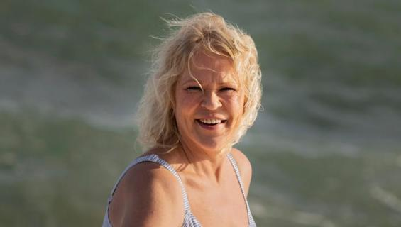 Johanna Karjunen bikinikuvissa.