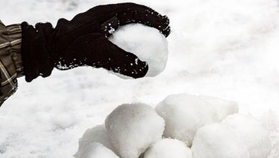 Lumipallot ovat pannassa.