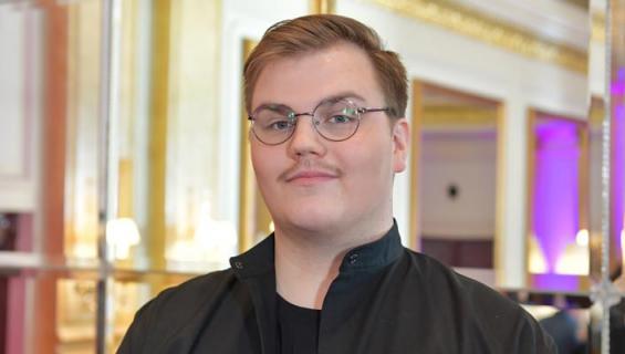 Looking Back -kappaleella kilpaillut laulajalupaus edustaa Suomea Euroviisuissa toukokuussa.