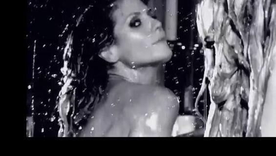 No nyt on, puolitoista minuuttia alastonta Heidi Klumia vaahtokylvyssä!