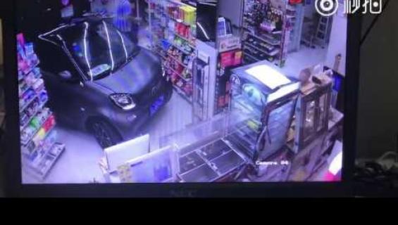 Mieliteot yllättivät: mies ajoi sisälle kauppaan - ei jaksanut etsiä parkkipaikkaa!