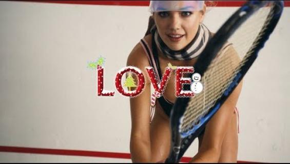 Seksikästä joulua: Kate Upton pelaa tennistä piikkikoroissa - pääosassa maailmankuulut rinnat - video!