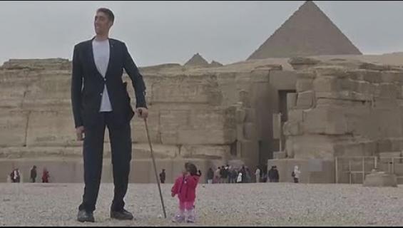 Maailman pisin mies ja maailman lyhin nainen tapasivat! Katso video!