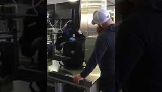 Tästä videosta tuli somehitti: Isä piilotti dildon ja liukuvoiteen poikansa käsimatkatavaroihin - näin poika reagoi lentokentän turvatarkastuksessa!