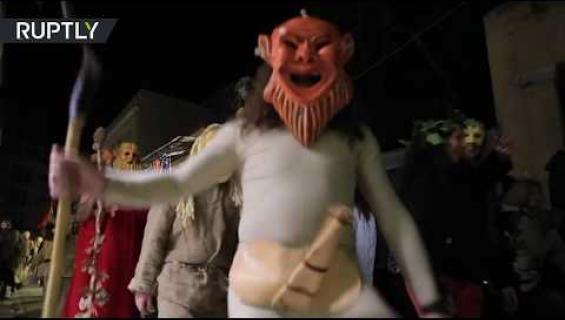 Kreikassa juhlittiin talven päättymisen kunniaksi penisfestivaalia - kadut täyttyivät dildoista! Katso video!