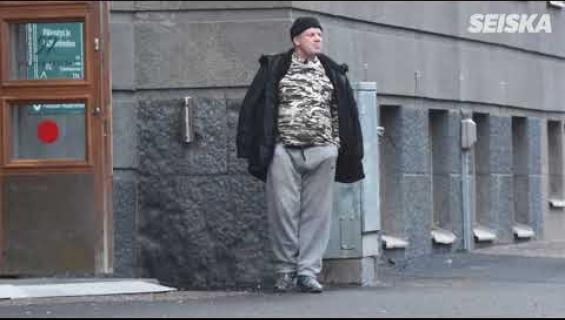 Huomasitko tämän sokkikuvista? Jari Sillanpäällä erikoiset nimikkopuukengät, vieläpä väärissä jaloissa – tunnistatko, mistä lauluista kyse?