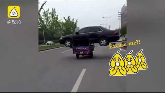Mies keksi erikoisen tavan hinata autonsa - kuljetti sitä kolmipyöräisellä! Katso huikea video!