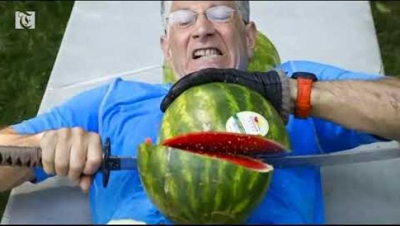 Erikoinen maailmanennätys rikki: Mies halkaisi 26 vesimelonia miekalla vatsansa päällä - video!