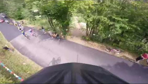 Hurja tilanne Ranskan ympäriajoissa: Pyöräilijän uhkarohkea hyppy rinnettä alas tallentui videolle - katso!