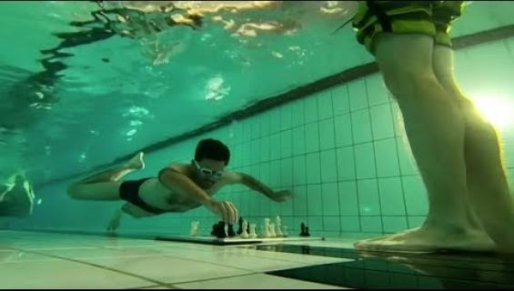 Vedenalainen shakki vaatii taitoja! Olisiko sinusta tähän peliin? Katso video!