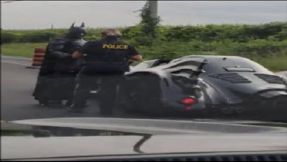 Peruspäivä liikenteessä! Poliisi pysäytti Batmanin auton - katso huikea video!