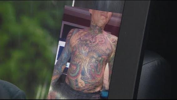 Vaimo toteuttaa edesmenneen miehensä toiveen - nyljetyttää tämän tatuoidun ihon seinälleen! Katso video!