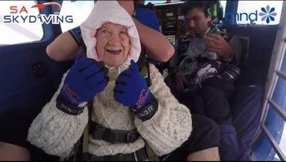 Maailman vanhin laskuvarjohyppääjä kerää varoja hyväntekeväisyyteen - katso video!